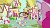Pinkie Pie observing heat-struck ponies MLPS5