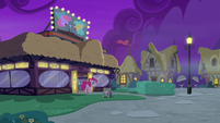 Pinkie and Maud leaving the comedy club S8E3