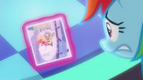 Rainbow looks at photo of Line Pony S8E5