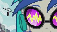 Sound waves in DJ Pon-3's glasses EG2