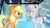 Applejack talking to the librarian S3E01
