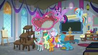 Twilight interrupts Rainbow Dash's lesson S8E1