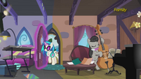 DJ Pon-3 enters the house S5E9