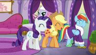 S06E10 Rarity, Applejack i Rainbow Dash śmieją się