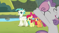 Sweetie Belle cheering loudly S8E6