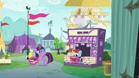 Twilight waves goodbye to news stand pony S7E14