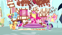 Pinkie Pie throwing paint on banner S4E12