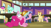 Pinkie scarfing food into her mouth S9E16
