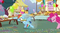 Rainbow Dash grabbing some balloons S7E23