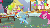 Rainbow Dash grabbing some balloons S7E23