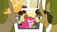 S02E18 Pinkie zagląda przez okno