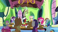 S03E10 Wszyscy już siedzą przy stole