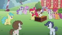 S05E18 Kucyki słuchają Pipsqueaka