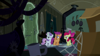 Sweetie Belle closes the door with magic S5E6