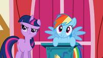 Twilight annoyed by Dash's interruption S1E04