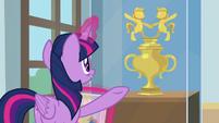 Twilight presents Pony Pal Contest trophy S9E7