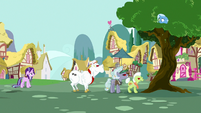 Angry ponies chase Trixie up a tree S7E2