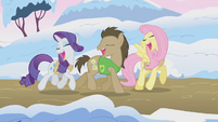 Ponies singing Winter Wrap Up S1E11