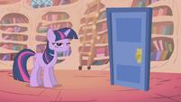 S01E06 Spike zamyka drzwi, które stoją na środku pokoju