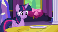 Twilight looking at the plate S06E06