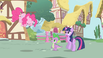 Pinkie about to zoom out of the scene S1E01