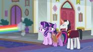 S08E01 Rainbow Dash szybko zmyka