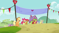 Babs, Apple Bloom and other fillies on the starting line S3E08