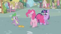 S01E03 Twilight i Spike patrzą dziwnie na Pinkie