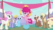 S04E12 Młoda Pinkie żongluje gumowymi kurczakami