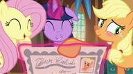S05E19 Zarumieniona Applejack z przyjaciółkami