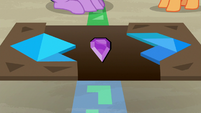 Tangram puzzle opens to reveal purple jewel S7E2