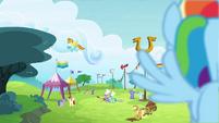 S04E10 Rainbow słucha Applejack
