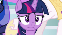 Twilight looks worried to her friends S9E24