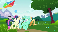 Lyra and Sweetie Drops flying a kite S6E6