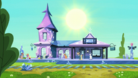 Shining Armor at the train station S6E1