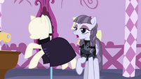 Inky Rose's suit turns into a buttonless cloak S7E9