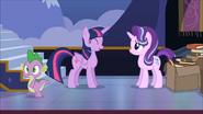 S06E25 Spike zostawia Starlight i Twilight rozmawiające ze sobą