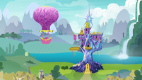 Twinkling Balloon approaches Twilight's castle S7E11