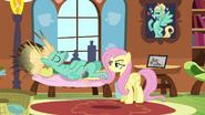 S06E11 Zephyr Breeze odpoczywa na kanapie
