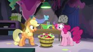 S07E23 Applejack prosi Pinkie o zrobienie szarlotek