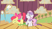 Apple Bloom accidentally slaps Sweetie Belle with her tail S4E05