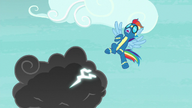 S06E07 Rainbow Dash odsuwa się od chmury