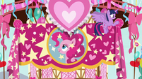 Twilight hanging a banner of Pinkie Pie S8E18