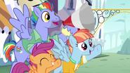 S07E07 Rodzice i Scootaloo kibicują Rainbow przy przecięciu wstęgi