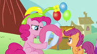 Pinkie Pie making a balloon animal for Scootaloo S5E19