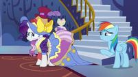 Rainbow Dash notices Rarity's bizarre outfit S7E14