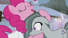S05E20 Pinkie przytula Marble