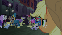 Applejack sees happy Manehattan ponies S5E16