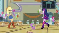 Twilight bids goodbye to Applejack and Pinkie EG