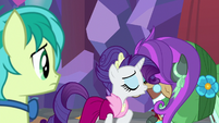 Rarity and Yona blow kisses at each other S9E7